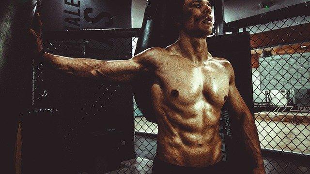 mann-beim-fitnesstraining